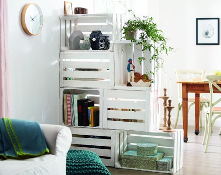 perete despărțitor din cutii de lemn -idee de amenajare living modern